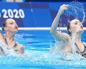 Les nageuses artistiques canadiennes Claudia Holzner et Jacqueline Simoneau lors des préliminaires du programme libre lundi à Tokyo.