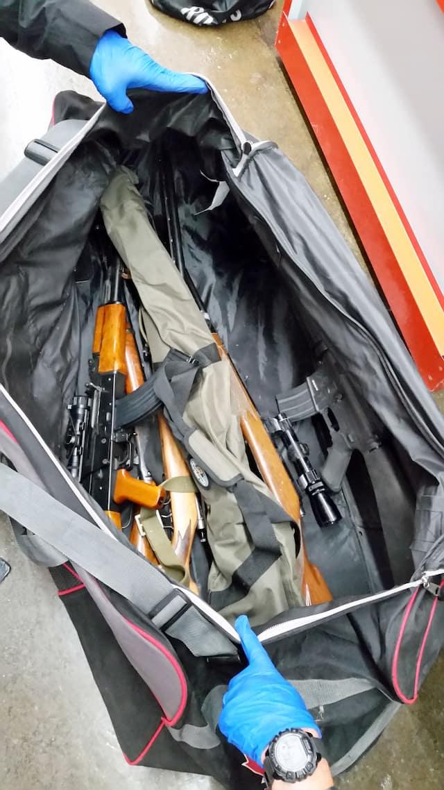 Plusieurs poches de hockey pleines d'armes à feu comme celles-ci s'y trouvaient