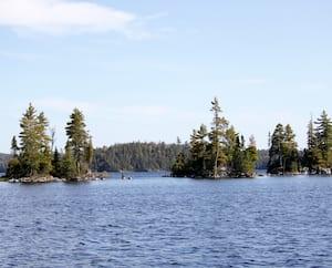 Les projets d'extraction de terres rares Kipawa et Zeus sont tous deux situés non loin du lac Kipawa (photo ci-haut), en Abitibi-Témiscamingue. Leur cession à des intérêts australiens a été annoncée hier par leur propriétaire, Métaux précieux du Québec.
