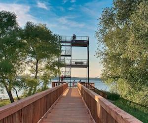 À l'extrémité de la passerelle se dresse une tour d'observation surplombant le lac Saint-Pierre.