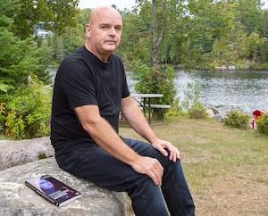 Le policier Denis Côté a profité de sa retraite pour écrire un livre sur sa carrière, notamment sur son implication lors du drame de Dawson.