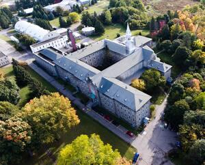 L'imposant monastère est bordé d'une forêt avec des sentiers