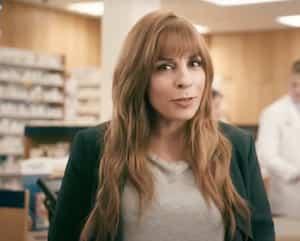 Anne Casabonne, dans une publicité pour les pharmacies de Walmart. Celle-ci a été retirée des réseaux sociaux de l'entreprise dans la foulée de la controverse à propos de la comédienne.