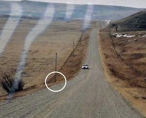 Le corps de la victime a été découvert en bordure de cette route à l'endroit indiqué par le cercle blanc.