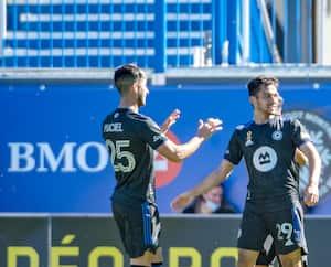 Emanuel Maciel et Mathieu Choinière (à droite) ont célébré après qu'un joueur du Fire de Chicago ait marqué dans son propre but, dimanche.