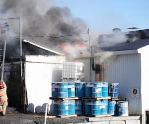 Les pompiers tentant de maîtriser l'incendie lundi.