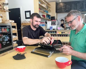 Éric Deschênes me montre comment manipuler l'ampèremètre pour repérer la pièce brisée du dispositif de cette plaque à panini. Sans surprise, c'est le fusible thermique ; celui-ci remplacé, l'appareil fonctionnera.