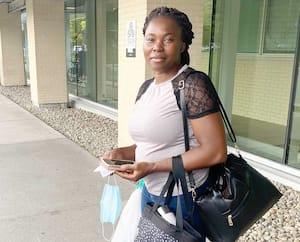 Marina Ndah, 31 ans, est infirmière à l'Hôpital Maisonneuve-Rosemont de Montréal. Elle dénonce le fait que les primes annoncées jeudi pour les infirmières sont seulement pour celles qui œuvrent à temps complet.