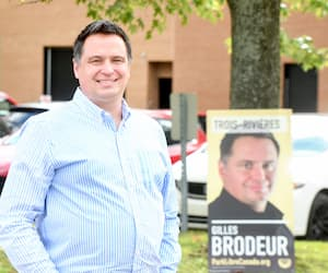 Gilles Brodeur, 47ans, pose devant une pancarte à son effigie en tant que candidat du Parti libre du Canada, qu'il a infiltré pendant la dernière campagne fédérale dans la circonscription de Trois-Rivières.