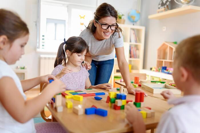 Pourquoi les éducatrices devraient-elles être moins bien payées qu'une femme de ménage?