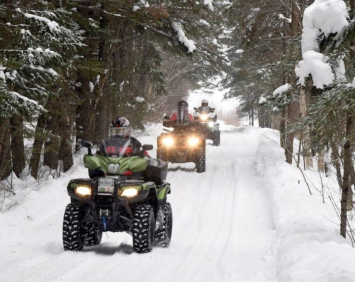 En hiver, les sentiers sont très bien entretenus et offrent des décors uniques. Un véhicule en bon ordre vous aidera à les découvrir en toute tranquillité.