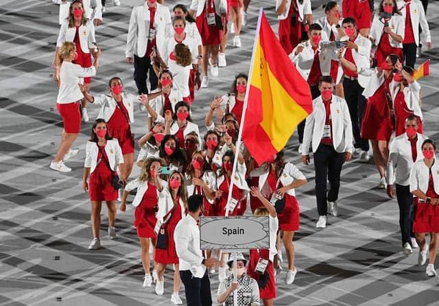 Les représentants de l'Espagne s'introduisent dans le Stade olympique de Tokyo.