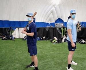 Zachary Bédard et Nolan Jomphe des Canonniers de Québec, rencontrés lundi au Stade Canac, espèrent que leur saison régulière de baseball débutera aux dates prévues.