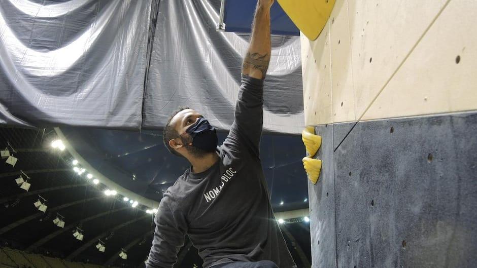 Le cofondateur de Nomad Bloc, Babacar Daoust-Cissé, grimpe sur un des murs d'escalade nouvellement installés depuis mardi au Parc olympique de Montréal qui abrite le mythique stade, vendredi le 27 novembre 2020.  ALEX PROTEAU/24 HEURES/AGENCE QMI