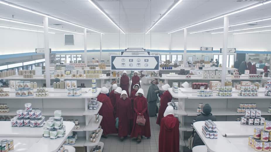 La directrice artistique a vu aux détails de nombreux décors de La servante écarlate, dont ce magasin...