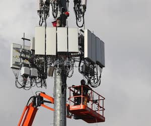 US-UTILITY-WORKERS-INSTALL-5G-EQUIPMENT-IN-CELLULAR-TOWER