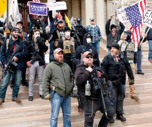 Des manifestants se sont réunis le 15 avril 2020 devant le capitole du Michigan dans la ville de Lansing pour protester contre le confinement.