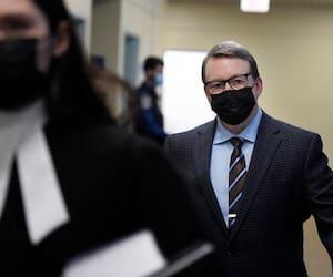 L'ancien journaliste et éditorialiste du Devoir Michel Venne, ici au palais de justice de Québec lundi, est accusé d'avoir agressé sexuellement une jeune femme de 17ans en 2008.