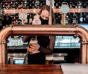 En raison du déconfinement et la réouverture des bars et des restaurants en été, 42 % des sondés ont dépassé au moins une fois les limites recommandées de consommation d'alcool.