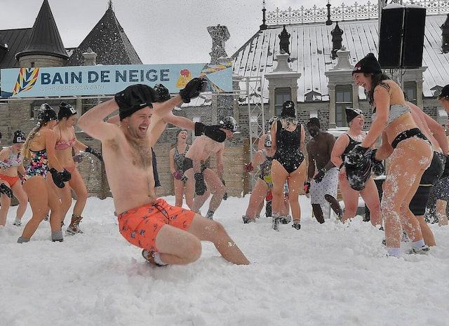 Des dizaines de carnavaleux ont fait fi du froid pour s'amuser, timidement vêtus, sur la place George-V.