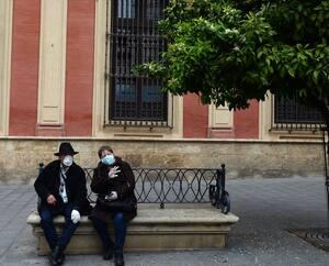 Un couple à Séville, en Espagne, le 14 mars 2020. (Photo par CRISTINA QUICLER / AFP)