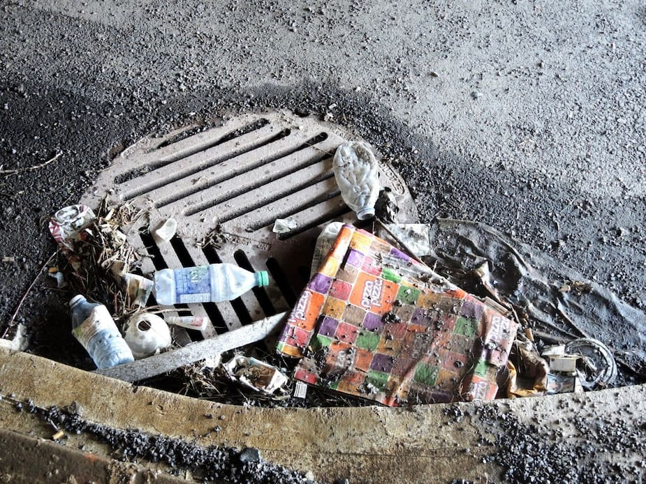 Même si les trottoirs et la chaussée passent sous les viaducs, c'est l'arrondissement du Sud-Ouest qui est responsable de les nettoyer.