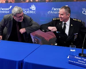 Le maire de Québec, Régis Labeaume, et le directeur du Service de police de la Ville de Québec, Robert Pigeon, se sont montrés très complices lors du point de presse de lundi, à l'hôtel de ville.