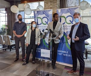 Le chef de Démocratie Québec, Jean Rousseau (à droite), a présenté mercredi son candidat dans le district du Plateau, à Sainte-Foy, Bertrand de Lépinay, directeur du Portofino de la route de l'Église (deuxième à partir de la droite).