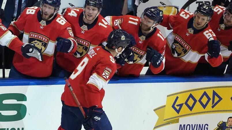 Les Penguins offrent des essais à deux joueurs