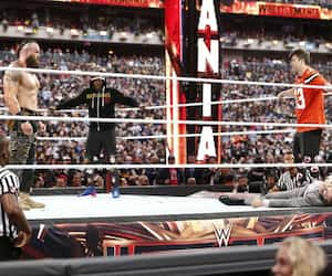 Braun Strowman, Michael Che et Colin Jost lors de l'édition 2019 du WrestleMania