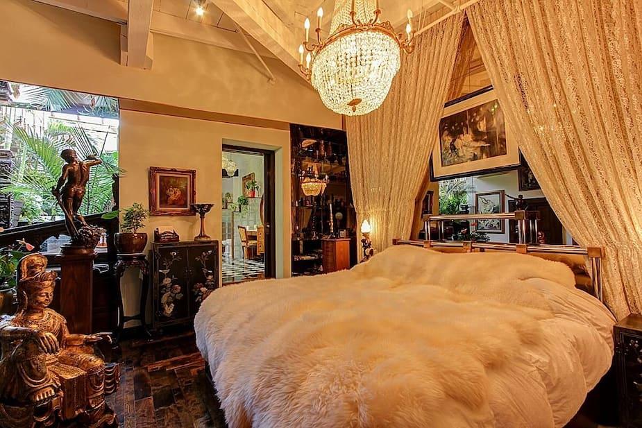 Très jolie chambre avec somptueux lustre. En espérant qu'il soit solide.