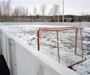 Les structures des patinoires ont commencé à prendre forme dans les différents arrondissements de Québec.