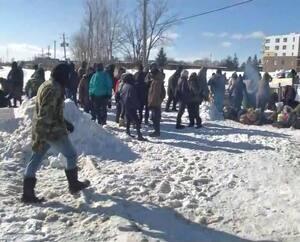 Une centaine de manifestants ont bloqué une voie ferrée du CN à Saint-Lambert, mercredi, en soutien à la communauté Wet'suwet'en.