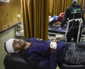 Un Syrien, blessé lors d'une frappe aérienne russe, reçoit des soins dans un hôpital de fortune dans la ville d'Ariha, dans la campagne nord de la province d'Idlib en Syrie, le 30 janvier 2020.