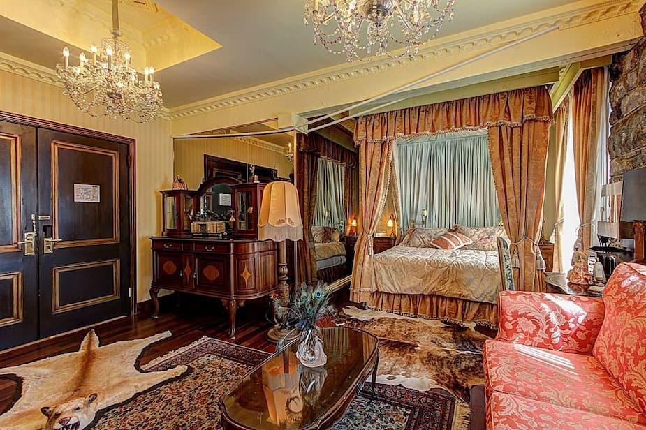 Cette chambre est en réalité une reproduction de la Suite Royale du Ritz Carlton. Vous vous sentirez comme à l'hôtel avec ce lit à baldaquin, ce sofa et tout ce marbre rose dans la salle de bain adjacente. Service aux chambres non inclus.