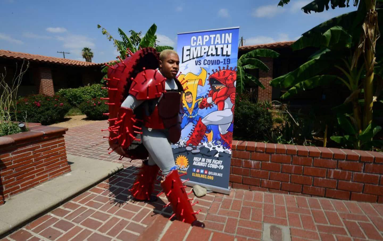 Superhéros contre méchant virus au théâtre pour promouvoir le vaccin en Californie