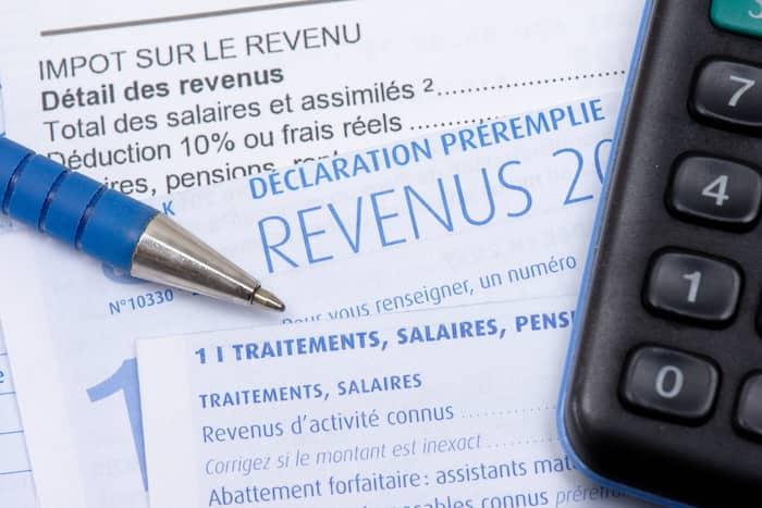Impôts : déclaration fiscale française préremplie avec la page des traitements, salaires, pensions et rentes