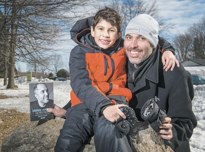 Derek Aucoin tient fièrement dans ses bras son fils Dawson nommé en hommage à l'ancien joueur des Expos Andre Dawson.