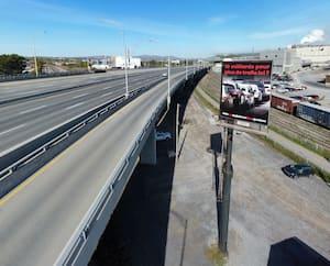 Les automobilistes qui circulent sur l'autoroute Dufferin-Montmorency peuvent y voir depuis cette semaine un énorme panneau d'affichage anti-troisième lien.