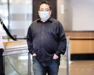 Martin Barbeau est arrivé au palais de justice de Montréal vendredi en se couvrant le visage avec un masque chirurgical.
