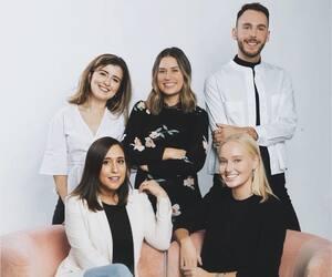 Ashley Rosenberger (en bas à gauche) et Adele Brawley (en bas à droite) avec l'équipe de Rose PR
