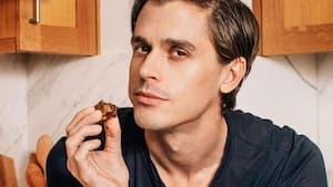 Image principale de l'article Antoni Porowski donne des cours de cuisine sur IG