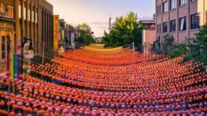 Image principale de l'article Le Village vend ses dernières boules arc-en-ciel
