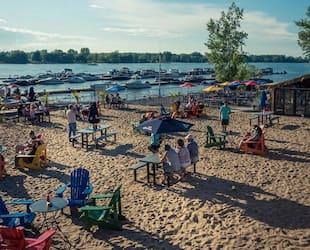 Image principale de l'article Une plage avec cantine à 15 minutes de Montréal
