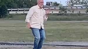 Image principale de l'article Un TikTok de Guy Jodoin heureux qui danse seul