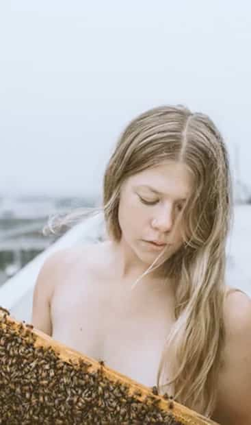 Image principale de l'article Un calendrier 2020 d'apiculteurs nus