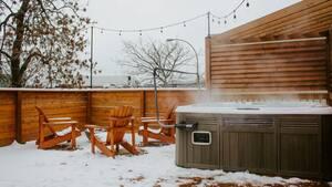 Image principale de l'article Un Airbnb avec spa et foyer à louer à 76$ la nuit