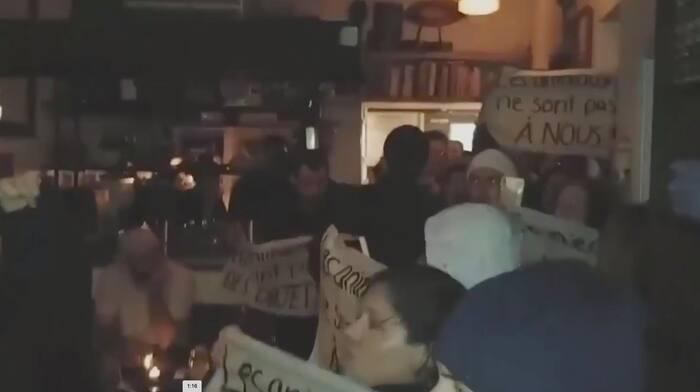 Des militants végans ont manifesté au restaurant Joe Beef.
