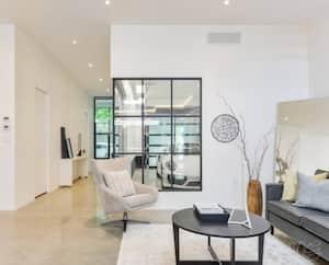 Image principale de l'article Une maison au design épuré avec un garage vitré