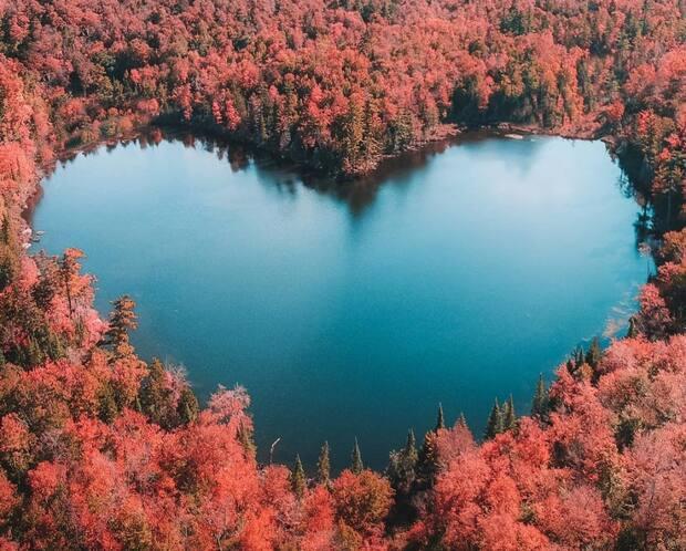 Image principale de l'article Un étang en forme de cœur à 2 heures de Montréal